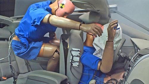 Không thắt dây đai an toàn, người ngồi sau gây nguy hiểm cho chính mình và cả lái xe. Ảnh minh họa.