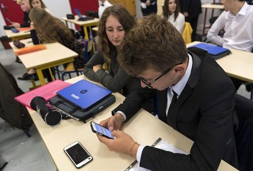 Học sinh ởBischwiller, phía đông nước Pháp dùng điện thoại trong lớp, nhưng kể từ tháng 9 sẽ bị cấm hoàn toàn. Ảnh: AFP