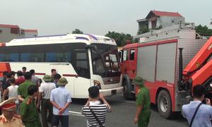 Dựng hiện trường vụ xe cứu hỏa và xe khách tông nhau trên cao tốc