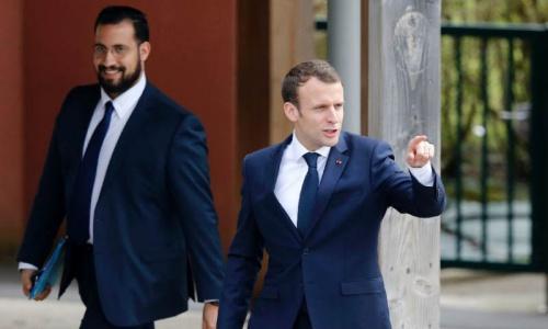 Tổng thống Pháp Macron, phải, và cựu vệ sĩ. Ảnh: AFP.