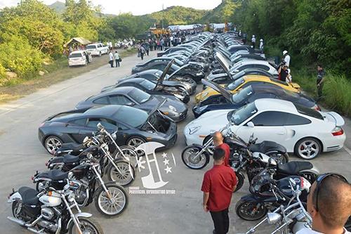 68 chiếc xe hơi và motor hạng sang trước khi bị nghiền nát. Ảnh:autoevolution