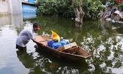 Người dân vùng ngập lụt ở Hà Nội chắt chiu nước sạch