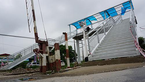 Cây cầu bộ hành quá dốc khiến người dân rất vất vả mới có thể leo qua. Ảnh: Lê Hoàng.