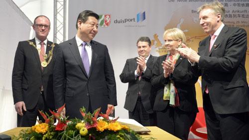 Ông Tập (giữa) trong chuyến thăm tới Duisburg năm 2014. Ảnh: