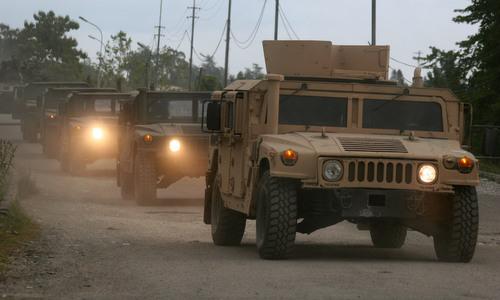 Lính Nga lái những chiếc Humvee rời khỏi Gruzia hôm 19/8/2008. Ảnh: AP.