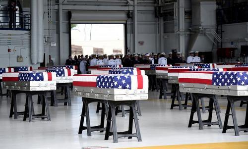 Quan tài chứa hài cốt lính Mỹ tử trận trong buổi lễ tại đảo Hawaii hôm 1/8. Ảnh: Reuters.