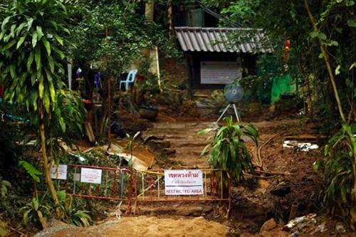 Khu vực trước hang Tham Luang treo biển cấm sau khi chiến dịch cứu hộ đội bóng nhí kết thúc. Ảnh: Reuters