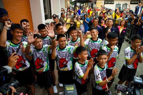 Đội bóng nhí Lợn Hoang tham dự cuộc họp báo ở tỉnh Chiang Rai hôm 18/7. Ảnh: Reuters