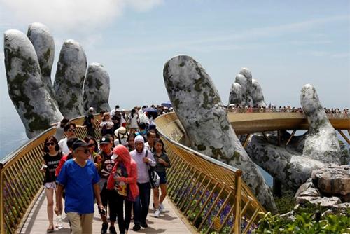 Truyền thông phương Tây ca ngợi vẻ độc đáo của Cầu Vàng ở Đà Nẵng - 1