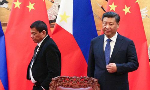 Chủ tịch Trung Quốc Tập Cận Bình (phải) và Tổng thống Philippines Rodrigo Duterte trong lễ ký kết các thỏa thuận giữa hai nước tại Bắc Kinh hồi tháng 10/2016. Ảnh: SCMP.