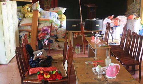 Nhà văn hóa thành nơi tránh lũ của 5 hộ dân thôn Nhân Lý. Ảnh: Gia Chính
