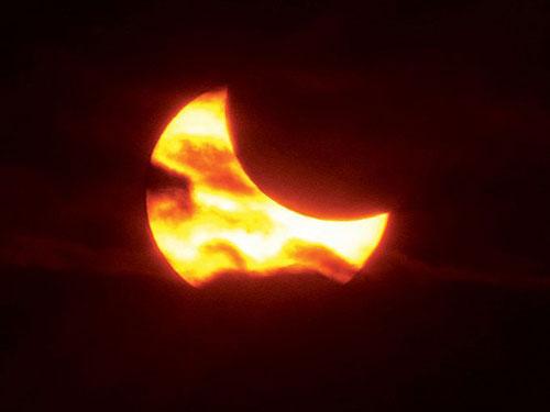 Mặt Trăng đi qua giữa Mặt Trời và Trái Đất gần giai đoạn nhật thực một phần, được nhìn từ phía thành phố West Alton, bang Missouri. Ảnh: AP