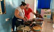 Trường học Anh mở cửa trong mùa hè để nấu ăn cho trẻ em nghèo