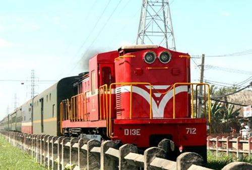 Do đoạn đường sắt từ ga Bình Triệu (quận Thủ Đức) vào ga Sài Gòn (quận 3) giao cắt với nhiều đoạn tuyến đường bộ trong nội đô nên dễ xảy ra ùn tắc mỗi khi có tàu đi qua. Ảnh: Hữu Công