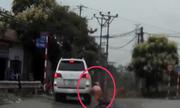 NgÆ°á»i phụ nữ ngã úp mặt vì ôtô rẽ trái không xinhan