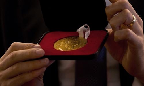 Chiếc huy chương trị giá khoảng 4.000 USD. Ảnh: AP.
