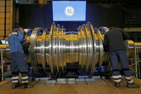 vvCông nhân sản xuất một động cơ turbine tại nhà máy của General Electrics ở Belfort, Pháp. Ảnh: Reuters