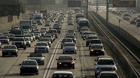 Chính quyền Tổng thống Mỹ Donald Trump vừa soạn thảo một dự luật sẽ đóng băng các tiêu chuẩn liên quan đến tiết kiệm nhiên liệu đối với ôtô 6 năm kể từ sau năm 2020. Ảnh: Los Angeles Times