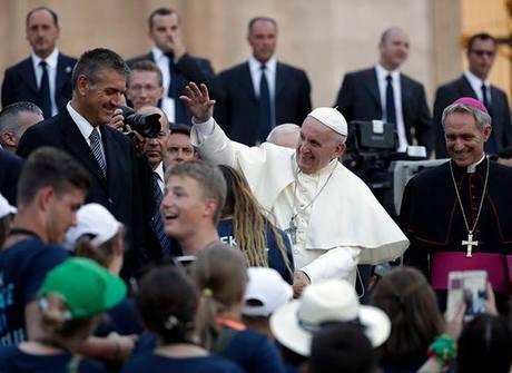 Giáo Hoàng Francis vẫy chào các tín đồ trong một sự kiện ở Vatican. Ảnh: AP.