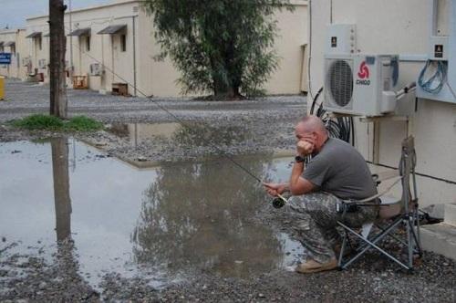 Câu cá trên phố sau ngày mưa.