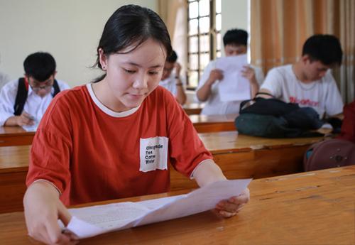 Thí sinh Nghệ An làm thủ tục dự thi THPT quốc gia chiều 24/7.Ảnh: Nguyễn Hải.