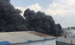 Khói lửa cuồn cuộn bao trùm kho hàng ở ngoại thành Sài Gòn