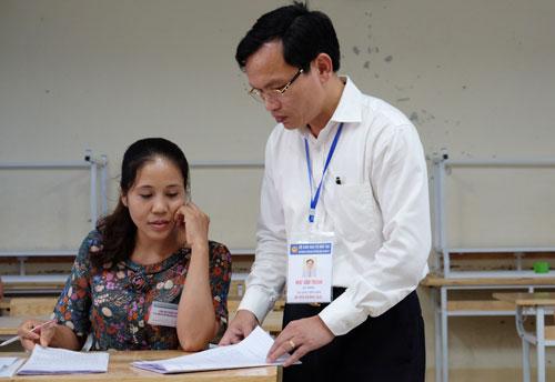 Cục trưởng Quản lý chất lượng (Bộ Giáo dục và Đào tạo) Mai Văn Trinh kiểm tra công tác chấm thi tại Hoà Bình.Ảnh:Quỳnh Trang.