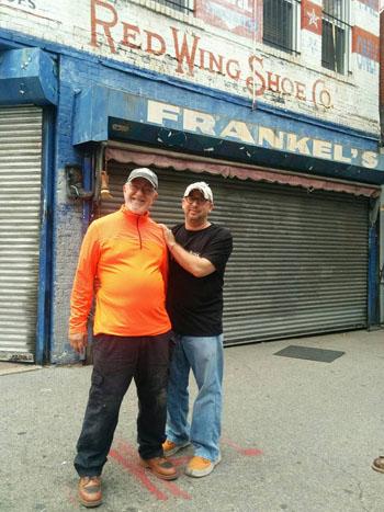 Erik Frankel (phải) chụp ảnh cùng bố trước cửa hàng bán giày của gia đình có lịch sử hơn 100 năm ở thành phố New York. Ảnh: Facebook/ Erik Frankel.