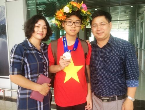 Minh cùng bố mẹ tại sân bay TP Pleiku sau HCB giải IJMO ở Thái Lan. Ảnh: Việt Hiến.