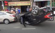 Ôtô lật ngửa trên đường Sài Gòn