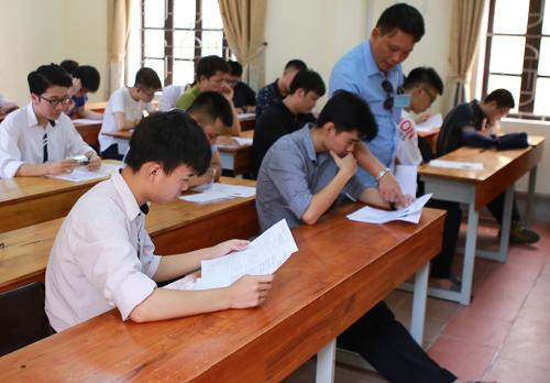 Thí sinh Nghệ An làm thủ tục dự thiTHPT quốc gia 2018. Ảnh: Hải Bình.