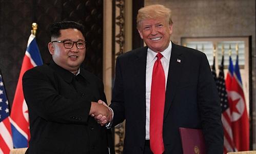Tổng thống MỹDonald Trump (phải) bắt tay với lãnh đạo Triều TiênKim Jong-un sau lễ ký kết tại hội nghị thượng đỉnh lịch sử Mỹ - Triều diễn ra ở khách sạn Capella Hotel trên đảoSentosa,Singapore hôm 12/6. Ảnh:AFP.