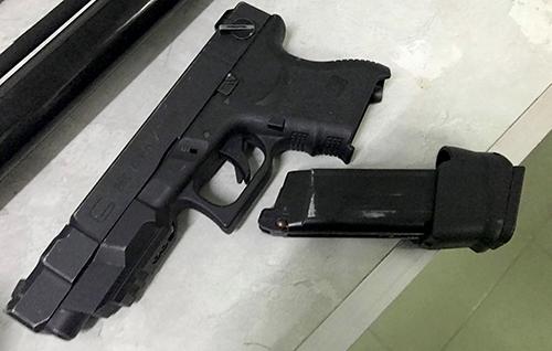 Khẩu súng cảnh sát thu giữ nhóm hỗn chiến ở Nha Trang. Ảnh: An Phước