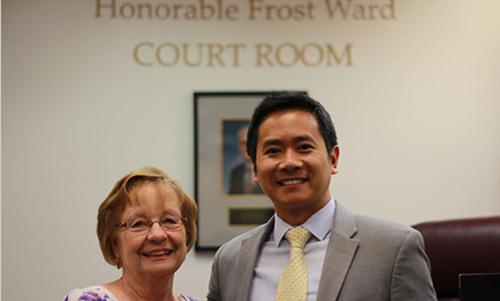 BàCherie Crisp, một người dân địa phương, chúc mừngEthan Pham được bổ nhiệm làm thẩm phán sau cuộc họp củaHội đồng Thành phố Morror hôm 24/7. Ảnh: Clayton Daily News