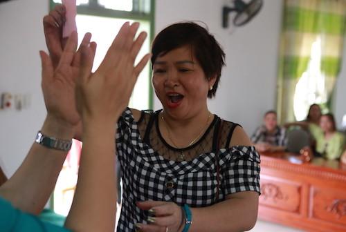 Niềm vui của một phụ huynh khi bốc trúng lá thăm may mắn. Ảnh: Nguyễn Hải.