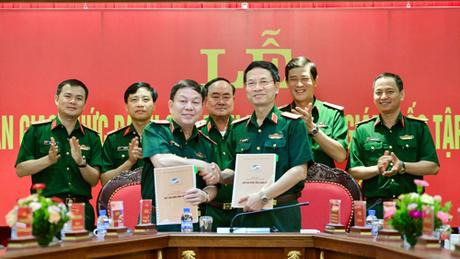 Thiếu tướng Nguyễn Mạnh Hùng (phải) và Thiếu tướng Lê Đăng Dũng tại lễ bàn giao