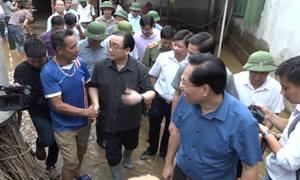 Bí thư Hà Nội lội nước thăm dân vùng rốn ngập