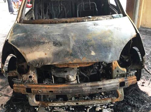 Xe ô tô Kia morning của đại úy Duy để ngoài cửatrụ sở làm việc bị kẻ lạ mặt đổ xăng, phóng hỏa chạy rụi vào đêm 3/8. Ảnh: Minh Sơn