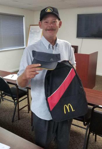 Phil được nhận vào làm việc ở cửa hàng McDonald vớisự giúpđỡ của sĩ quan cảnh sát. Ảnh: Twitter