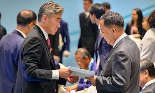 Đại sứ Sung Kim (trái) trao thư cho Ngoại trưởng Ri Yong-ho. Ảnh: Bộ Ngoại giao Mỹ.