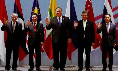 Ngoại trưởng Mỹ (giữa) tham gia cuộc họp Bộ trưởng Ngoại giao ASEAN tại Singapore ngày 3/8. Ảnh: Reuters.