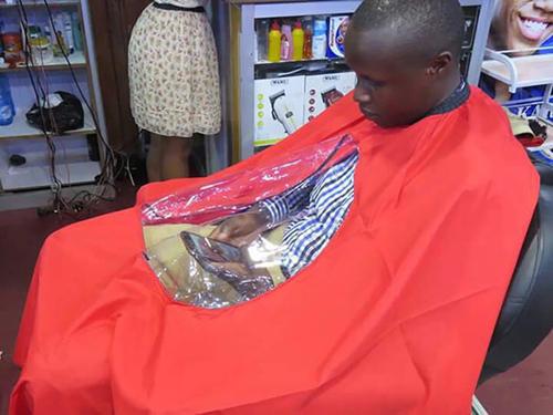Khi áo mưa được đưa vào tiệm cắt tóc.