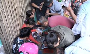 Chen lấn mua cua hấp ở Sài Gòn