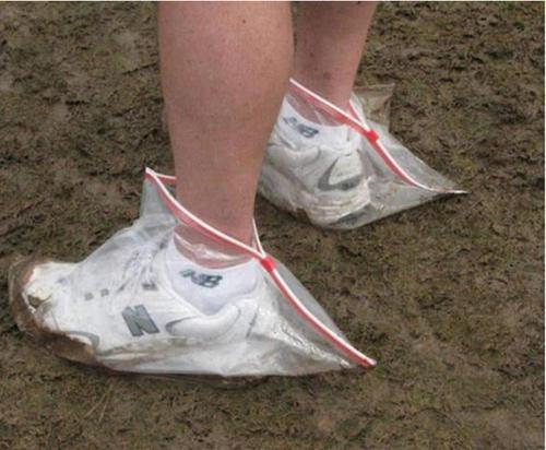 Phương pháp tránh bẩn giày khi trời mưa.