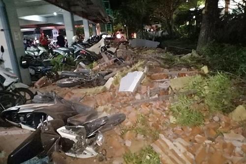 Động đất khiến đất đá rơi xuống hầm đỗ xe ở trung tâm thương mại Galleria Mall tại Bali. Ảnh: Twitter.