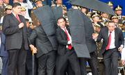 Khoảnh khắc vệ sĩ che chắn cho Tổng thống Venezuela trong vụ ám sát