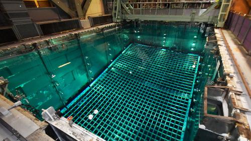 Một bể chứa các thanh nhiên liệu hạt nhân đã qua sử dụng của Nhật năm 2017. Ảnh: Nikkei.