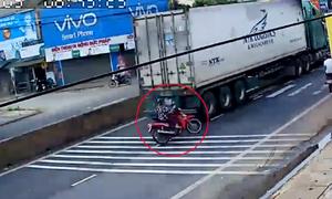 Người phụ nữ suýt bỏ mạng vì xe máy sang đường quệt container