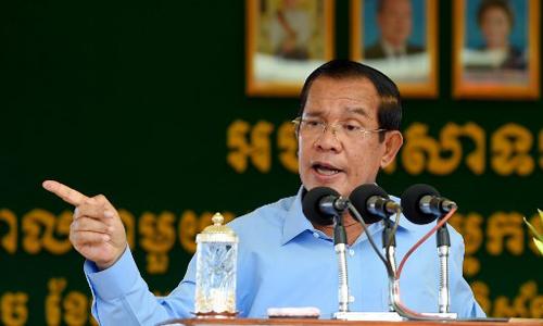 Thủ tướng Campuchia Hun Sen phát biểu trong chuyến thăm một nhà máy tại thủ đô Phnom Penh hôm 2/8. Ảnh: AFP.