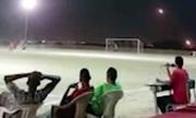 Tên lửa bay trên đầu, dân Yemen vẫn bình thản đá bóng